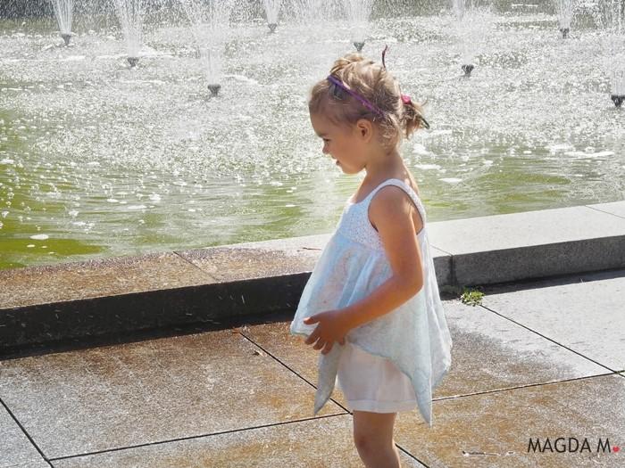 dziewczynka fontanna